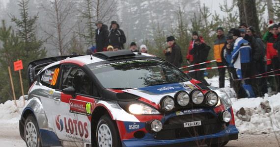 Mistrz świata Francuz Sebastien Ogier (Volkswagen Polo WRC) jest liderem Rajdu Szwecji po czterech odcinkach specjalnych. Robert Kubica zajmuje dwunaste, a Michał Sołowow (obaj Ford Fiesta RS WRC) dwudzieste miejsce.