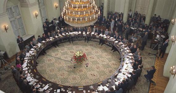 Dokładnie 25 lat temu zaczęły się obrady Okrągłego Stołu. W Pałacu Namiestnikowskim, w Warszawie, czyli w ówczesnej siedzibie Urzędu Rady Ministrów, zaczęły się rozmowy opozycji i władz PRL, które zapoczątkowały upadek komunizmu i przemiany polityczne w Polsce oraz w całej Europie Środkowo-Wschodniej. Dla wielu osób Okrągły Stół pozostaje jednak symbolem upadku Polski i początku wielkiego kryzysu społecznego. Dlaczego tak jest? Odpowiedź może kryć się w liczbach. Zobaczcie jak Polska zmieniła się od początku istnienia III RP.