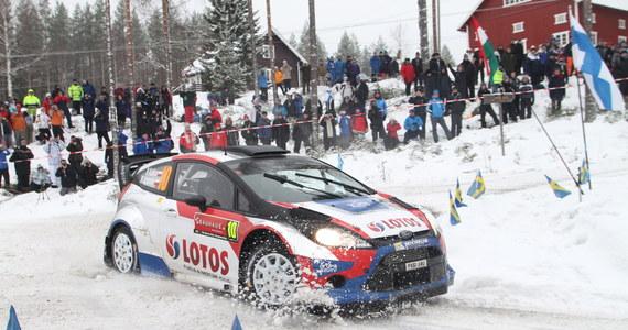 Mistrz świata Francuz Sebastien Ogier (Volkswagen Polo WRC) jest liderem Rajdu Szwecji po siedmiu odcinkach specjalnych. Robert Kubica zajmuje jedenaste, a Michał Sołowow (obaj Ford Fiesta RS WRC) 17. miejsce.