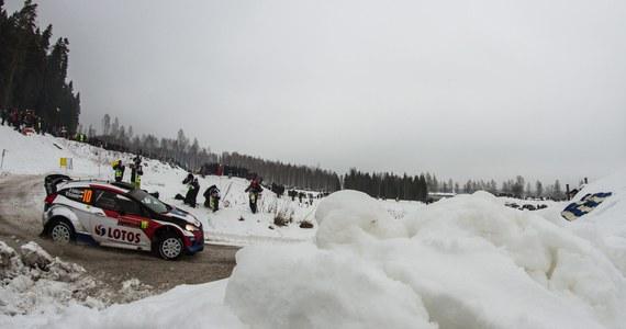 Robert Kubica (Ford Fiesta WRC) jest trzydziesty po 15. odcinkach specjalnych Rajdu Szwecji, drugiej rundy rajdowych mistrzostw świata. Polak dwa razy wpadł w zaspę śnieżną i stracił ponad 20 minut. Prowadzi Fin Jari-Matti Latvala (VW Polo WRC).