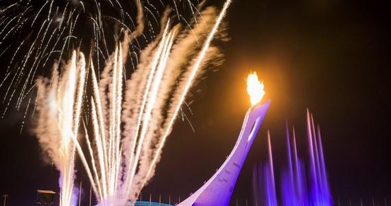 Zimowe igrzyska w Soczi oficjalnie rozpoczęte. Znicz olimpijski na wybudowanym na wybrzeżu Morza Czarnego imponującym stadionie Fiszt zapalili wspólnie słynna w przeszłości łyżwiarka figurowa Irina Rodnina oraz legendarny hokeista Władisław Trietjak. Polskę reprezentuje najliczniejsza w dziejach białych olimpiad 59-osobowa ekipa. Pięć pierwszych kompletów medali olimpijskich rozdanych zostanie jutro, m.in. w narciarskim biegu łączonym kobiet z udziałem Justyny Kowalczyk.