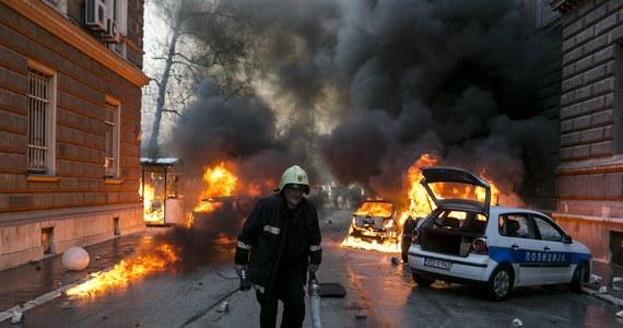 Protesty i rozruchy przeciwko skutkom rabunkowej prywatyzacji, zamykaniu fabryk i korupcji, które we wtorek zaczęły się w Tuzli, ogarnęły 33 miasta Bośni i Hercegowiny, w tym Sarajewo, Bihać i Zenicę. To ruch bez precedensu na obszarze byłej Jugosławii.