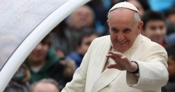 Ponad 17 tysięcy narzeczonych z całego świata zapisało się na walentynkowe spotkanie z papieżem Franciszkiem w Watykanie - podała Papieska Rada ds. Rodziny. Ze względu na takie zainteresowanie walentynki odbędą się w piątek na Placu św. Piotra.