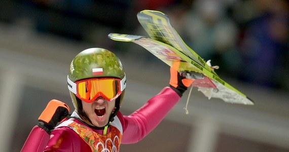 Jeszcze w niedzielę rano Kamil Stoch zastanawiał się, czy ze względu na kłopoty zdrowotne nie zrezygnować z udziału w konkursie olimpijskim w Soczi. Wieczorem zdobył złoty medal, wręcz deklasując rywali. Dziś Kamil Stoch odbierze złoty krążek.
