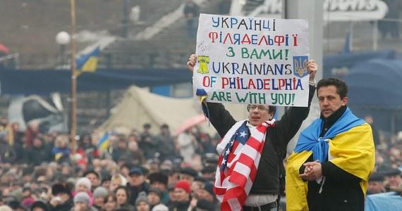 Na ustawionym na barykadzie telebimie antyrządowi demonstranci wyświetlali w nocy reportaże z Majdanu i koncert wspierającego protesty zespołu. Bezskutecznie próbowali je zagłuszyć milicjanci, którzy na swoim telebimie włączyli transmisję z igrzysk w Soczi.