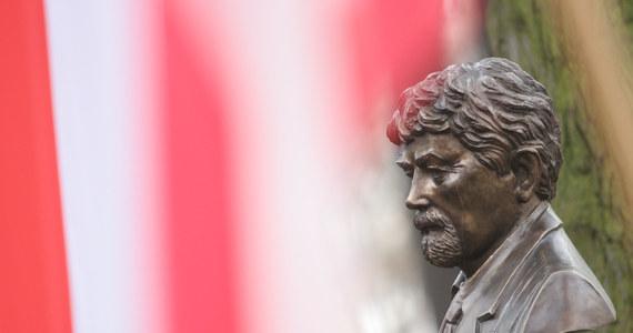 """Postać pułkownika Ryszarda Kuklińskiego jest coraz lepiej znana Polakom. Aż 70 proc. ankietowanych deklaruje, że wie, kim był - wynika z sondażu Homo Homini dla """"Rzeczpospolitej"""". W badaniu weryfikowano odpowiedzi respondentów, zadając im kolejne pytania dotyczące pułkownika. Po tym zabiegu odsetek spadł z 70 do 60 proc."""