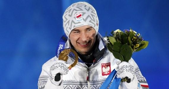 Kamil Stoch odebrał z rąk członkini MKOl Ireny Szewińskiej złoty medal olimpijski wywalczony w niedzielnym konkursie skoków narciarskich i wysłuchał Mazurka Dąbrowskiego. To pierwszy polski medal igrzysk w Soczi, a 15. w historii zimowych igrzysk.