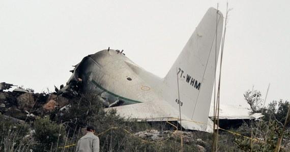 W katastrofie wojskowego samolotu transportowego w północno-wschodniej części Algierii zginęło 77 ludzi. Jedna osoba ocalała. Została ciężko ranna - poinformowało algierskie ministerstwo obrony. Wcześniej algierskie media informowały o 102 ofiarach śmiertelnych.