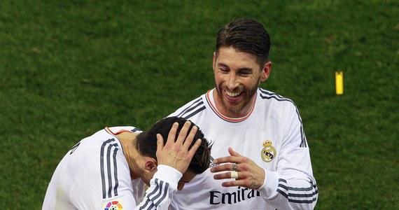 Cristiano Ronaldo został trafiony w głowę racą rzuconą z trybun, gdy schodził na przerwę we wtorkowym meczu Pucharu Hiszpanii. Jego Real Madryt wygrał z lokalnym rywalem - Atletico 2:0. Portugalski piłkarz przewrócił się, ale nie doznał obrażeń.