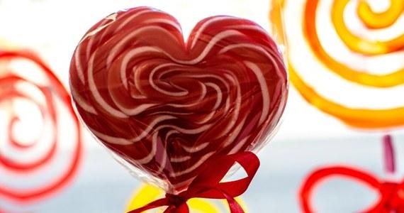 14 lutego to popularne Walentynki, czyli święto zakochanych. Aż 116 tys. 114 Polaków i Polek obchodzi tego dnia swoje urodziny. Według danych z bazy PESEL w naszym kraju jest również zameldowanych 4 tys. 661 mężczyzn noszących imię Walenty i 7 tys. 730 kobiet noszących imię Walentyna. Najstarsza w Polsce Walentyna ma 104 lata, a najstarszy Walenty jest o rok młodszy.