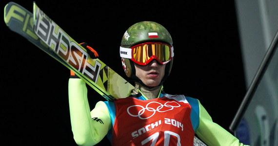 Kamil Stoch wylądował na 131 metrze i zajął drugie miejsce na drugim treningu przed piątkowymi kwalifikacjami do sobotniego konkursu na olimpijskiej dużej skoczni w Soczi. Pierwsze miejsce zajął Severin Freund. Niemiec uzyskał 135,5 metra.