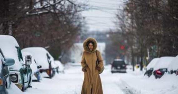 Co najmniej 21 osób zginęło w wyniku ostatniego ataku zimy w Stanach Zjednoczonych. Ponad pół miliona gospodarstw i przedsiębiorstw nie ma prądu. Odwołano tysiące lotów, nieczynnych jest wiele linii kolejowych.