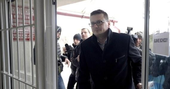 """Mecenas Marcin Lewandowski, pełnomocnik mordercy i pedofila Mariusza T. zapowiedział, że jeszcze dziś złoży zażalenie na postanowienie o inwigilacji jego klienta. Po wyjściu z więzienia """"Szatan z Piotrkowa"""" został objęty działaniami operacyjno-rozpoznawczymi przez policję i dostał zakaz opuszczania kraju."""