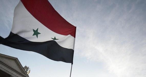 32 osoby - w tym 10 rebeliantów - zginęły w wyniku eksplozji samochodu-pułapki w mieście Jaduda na południu Syrii, niedaleko granicy z Jordanią. Syryjskie Obserwatorium Praw Człowieka podaje, że wśród ofiar jest co najmniej jedno dziecko.
