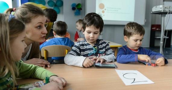 """""""Szkoły będą zatrudniały pomoc nauczycielską dla sześciolatków, które we wrześniu obowiązkowo pójdą do szkoły"""" – to jedna z propozycji Platformy Obywatelskiej, które znalazły się w projekcie zmian w ustawie o systemie oświaty. """"Największe emocje budzi pomysł zapisania w ustawie możliwości cofania sześciolatków do przedszkoli"""" - pisze """"Gazeta Wyborcza""""."""