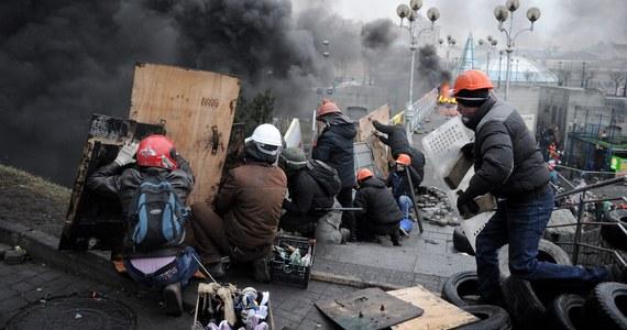 """""""Bardzo potrzebujemy strzykawek i krwi. Zwracam się do Polski, by nam pomogła"""" - apeluje w rozmowie z RMF FM Andrij wiceszef ochrony Majdanu. """"Mamy informacje, że z każdej strony do Kijowa zjeżdżają wojska wewnętrzne. Że są uzbrojone w kałasznikowy"""" - dodaje."""