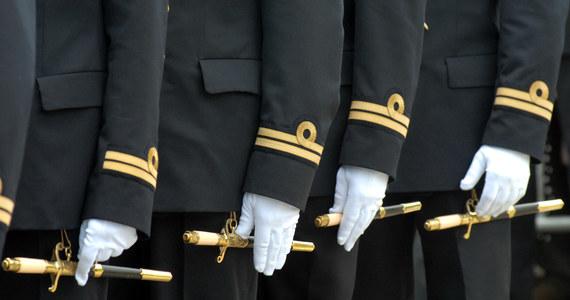 Odnalazł się podchorąży z Akademii Marynarki Wojennej w Gdyni, który w weekend bez zgody dowódcy opuścił swoją jednostkę. Przez kilka dni szukali go policjanci i rodzina. Mężczyzna z ranami ciętymi jest w szpitalu w Gdańsku. Jak twierdzi, został napadnięty.
