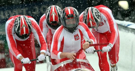 """""""Pędzisz 155 km/h w ważącej 200 kg kupie żelastwa"""" - tak polski bobsleista Marcin Niewiara charakteryzuje swoją dyscyplinę w rozmowie z RMF FM. Zawodnik objaśnia role poszczególnych członków załogi, mówi o tym co słychać w trakcie przejazdu i wyjaśnia, jak to naprawdę jest z tymi Jamajczykami. Start bobslejowych czwórek dziś o 17:30."""