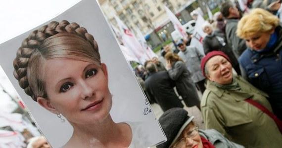 Parlament Ukrainy przyjął rezolucję o natychmiastowym uwolnieniu z więzienia byłej premier Julii Tymoszenko. Decyzję tę poparło w głosowaniu 322 deputowanych. Obecna w parlamencie córka opozycjonistki, Jewhenija, słysząc o tej decyzji, rozpłakała się. Tuż przed godziną 17 agencja Reutera podała, że Tymoszenko opuściła już szpital.