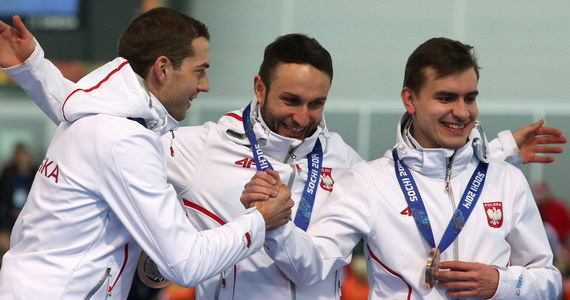 """""""Jesteśmy potęgą bez hali"""" - stwierdził Zbigniew Bródka po wygranej w zawodach drużynowych w łyżwiarstwie szybkim.  W pojedynku o trzecie miejsce biało-czerwoni, w składzie Bródka, Konrad Niedźwiedzki i Jan Szymański, wygrali z mistrzami olimpijskim z Vancouver - Kanadyjczykami."""