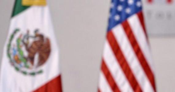 """Meksykańskie i amerykańskie siły bezpieczeństwa ujęły w Meksyku słynnego króla narkotykowego Joaquina """"Chapo"""" Guzmana - poinformowały źródła rządowe w USA. Został on zatrzymany w kurorcie Mazatlan, w północno-wschodnim Meksyku w ramach wielkiej operacji prowadzonej przez amerykańską agencję antynarkotykową DEA."""
