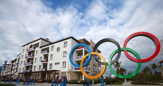 Od momentu otwarcia wioski olimpijskiej w Soczi wykonano 2631 testów antydopingowych, czyli o 178 więcej niż pierwotnie zakładano - poinformował przewodniczący MKOl Niemiec Thomas Bach. Na stosowaniu niedozwolonych środków przyłapano pięciu sportowców.
