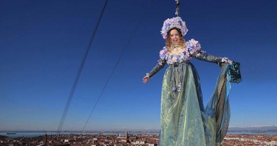 Ponad 100 tysięcy osób uczestniczyło w inauguracji karnawału w Wenecji. Otworzył go jak co roku Lot Anioła, czyli zjazd młodej kobiety na linach z dzwonnicy na placu Świętego Marka.