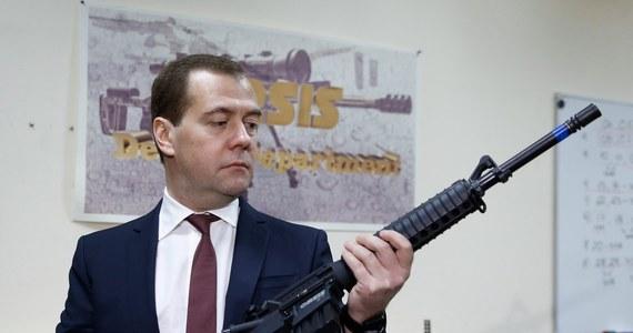 """""""Uznanie przez niektóre państwa nowych władz na Ukrainie jest """"aberracją"""", legitymacja wielu organów władzy na Ukrainie budzi wielkie wątpliwości"""" - powiedział premier Rosji Dmitrij Miedwiediew. Jak dodał, odwołanie na konsultacje do Moskwy ambasadora Rosji w Kijowie oznacza, że dla władz rosyjskich wydarzenia na Ukrainie są niezrozumiałe."""