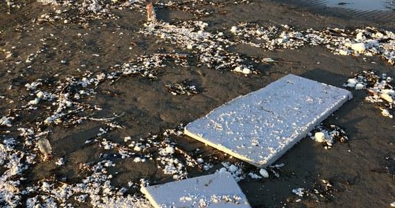 Będzie kontrola Wojewódzkiego Inspektoratu Ochrony Środowiska na placu budowy przystani żeglarskiej w Mechelinkach. To stamtąd - według Urzędu Morskiego - pochodzi styropian, który w ogromnych ilościach morze wyrzuciło na Półwyspie Helskim.