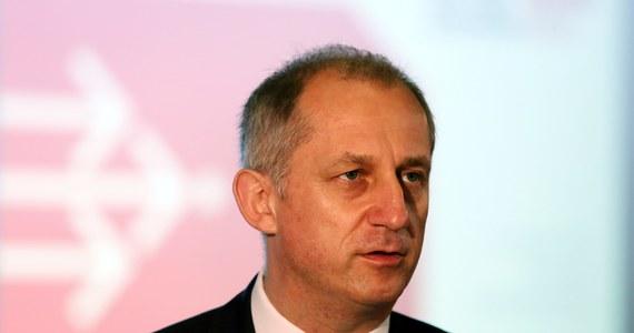 W specjalnym oświadczeniu wiceminister zdrowia Sławomir Neumann podkreślił, że występował do ówczesnej prezes NFZ ws. wypowiedzenia umowy z kliniką Sensor Cliniq wyłącznie z prośbą o przestrzeganie terminów, a nie z sugestiami jak rozstrzygnąć odwołania. Chodzi o wypowiedzenie przez NFZ kontraktu klinice okulistycznej Sensor Cliniq z Warszawy, po tym jak kontrola Funduszu wykazała, że pacjenci dopłacali do leczenia refundowanego przez NFZ. Ostatecznie Fundusz aneksował umowę do końca 2014 r.