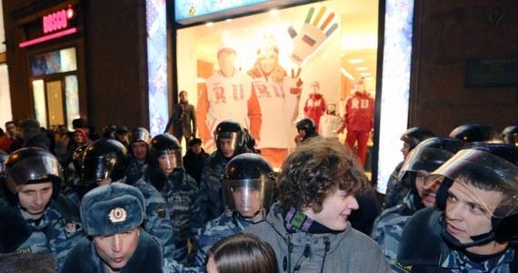 Przy wejściu na plac Maneżowy w Moskwie tuż przed murami Kremla siły specjalne policji OMON przez prawie 3 godziny zatrzymywały ludzi, których podejrzewała o zamiar wzięcia udziału w manifestacji zwołanej tam przez opozycję. Zatrzymano 430 osób.