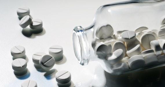 Mieszkaniec Dąbrowy Górniczej przez internet sprzedał prawie 9 tys. sprowadzonych z Indii tabletek, które miały wspomagać potencję. Po przebadaniu okazało się, że specyfik jest groźny nie tylko dla zdrowia ale nawet dla życia zażywających go osób.