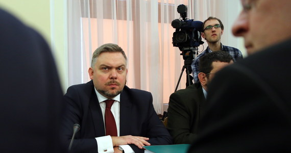 Rada Narodowego Funduszu Zdrowia odsunęła tymczasowo pełniącego obowiązki prezesa NFZ Marcina Pakulskiego. Sprawa ma związek z umową funduszu z katowickim EuroMedikiem. Pakulski został odsunięty na czas wyjaśnienia tej sprawy. Wnioskował o to minister zdrowia Bartosz Arłukowicz.