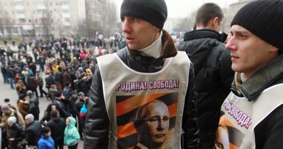 """""""Rosja, Rosja!"""" oraz """"Putin, Putin!"""" - skandowali mieszkańcy Symferopola na Krymie po wiadomości, że Władimir Putin zwrócił się do wyższej izby parlamentu swego kraju o zgodę na użycie rosyjskich sił zbrojnych na terytorium Ukrainy, którą następnie otrzymał. """"Jesteśmy bardzo zadowoleni. Marzyliśmy o tym przez całe życie. Krym nie powinien należeć do Ukrainy, my jesteśmy Rosjanami i nie mamy z tymi banderowcami nic wspólnego. Chcemy do Rosji"""" - mówili demonstranci."""