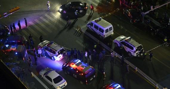 """33 osoby zginęły, a ponad 130 zostało rannych - to najnowszy bilans ataku nożowników w Chinach. Do tragedii doszło na stacji kolejowej w mieście Kunming w prowincji Yunnan, w południowo-zachodniej części kraju. Według lokalnych władz, za atak odpowiadają """"ujgurscy separatyści""""."""