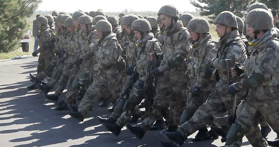"""""""Na Ukrainie zaczęła się mobilizacja rezerwistów"""" - poinformował szef Rady Bezpieczeństwa Narodowego i Obrony Ukrainy. Dowództwu armii polecono doprowadzenie do pełnej gotowości bojowej żołnierzy. Andriej Parubij przedstawił właśnie w Kijowie szczegółowy plan działań w związku z groźbą rosyjskiej interwencji. To zadania dla wszystkich resortów odpowiadających za bezpieczeństwo."""