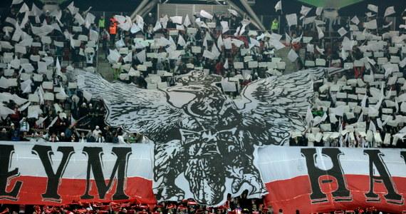 Biuro Bezpieczeństwa miasta stołecznego Warszawy przerwało mecz ekstraklasy Legia Warszawa - Jagiellonia Białystok. W trakcie pierwszej połowy doszło do zamieszek na trybunie gości.