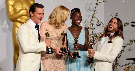 """Oscary rozdane! """"Zniewolony"""" w reżyserii S. McQueena to najlepszy film według Amerykańskiej Akademii Filmowej. """"Grawitacja"""" zwyciężyła pod względem liczby zdobytych statuetek - ma ich w sumie siedem, w tym za reżyserię. Zobaczcie zapis naszej relacji na żywo!"""