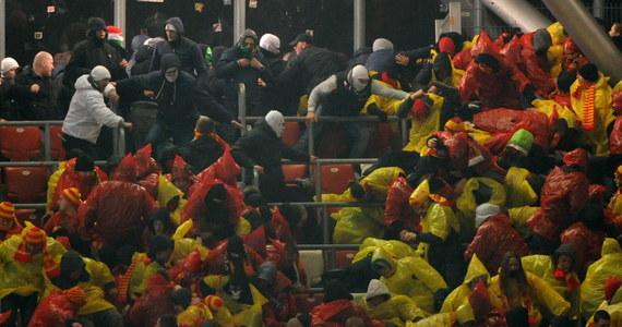Zatrzymano 38 osób podejrzewanych o udział w bójce w czasie meczu Legii Warszawa z Jagiellonią Białystok. Wśród nich jest dwóch kibiców stołecznego klubu i 36 fanów z Białegostoku, w tym dwóch nieletnich. Policja wyjaśnia okoliczności burd. Zatrzymanym grozi do 3 lat więzienia.
