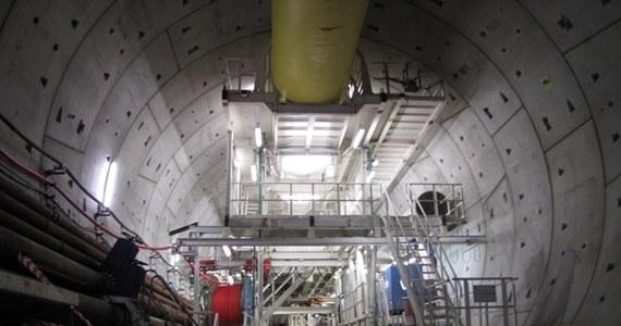 Damroka - czyli maszyna TBM (Tunnel Boring Machine), która drąży tunel pod Martwą Wisłą w Gdańsku - zaczęła pracę nad drugą nitką tunelu. Warta prawie 900 milionów złotych inwestycja ma zakończyć się w 2014 roku. Pierwsze auto powinny pojechać tunelem w połowie przyszłego roku.