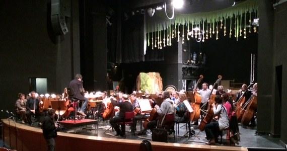 Kończy się przebudowa siedziby Filharmonii Śląskiej przy ul. Sokolskiej w Katowicach. Realizacja inwestycji miała trwać dwa lata, ale przedłużyła się o kolejne dwa. Uroczyste otwarcie odnowionej Filharmonii odbędzie się 28 marca, a dziś muzycy Orkiestry Symfonicznej mieli ostatnią próbę w Chorzowskim Centrum Kultury.