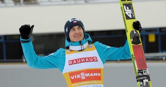 Kamil Stoch, prowadzący w klasyfikacji generalnej Pucharu Świata w skokach narciarskich, dziś w fińskim Kuopio stanie przed szansą powiększenia przewagi nad rywalami. W poniedziałek z powodu zamieci i wiatru nie odbył się drugi trening i kwalifikacje.