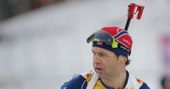 """""""Król biathlonu"""" i ikona światowego sportu Ole Einar Bjoerndalen zmienił decyzję o zakończeniu po tym sezonie sportowej kariery. 40-letni Norweg zapowiedział na Facebooku, że rozbrat z dyscypliną weźmie dopiero po mistrzostwach świata w Oslo w 2016 roku."""