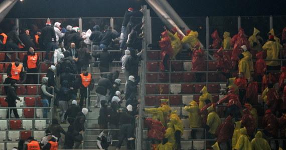 Ośmiomiesięczne ograniczenie wolności i dwuletnie zakazy stadionowe – takie wyroki usłyszało wydał stołeczny sąd w sprawie trzech kiboli w związku z niedzielnymi burdami na stadionie Legii Warszawa. Zatrzymano wtedy 38 osób.