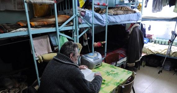 """""""Znam wiele osób, które utrata pracy doprowadziła do ubóstwa. Są to osoby samotnie gospodarujące i rodziny. Są wśród nich ludzie, którzy wcześniej, pracując, radzili sobie bardzo dobrze i zasilali grupę osób bogatych w Polsce"""" - mówi w rozmowie z INTERIA.PL Karolina Gajda, która na co dzień pomaga osobom skrajnie ubogim i bezdomnym w ramach swojej działalności w Miejskim Ośrodku Pomocy Społecznej w Krakowie. Z Karoliną Gajdą, streetworkerem w krakowskim MOPS-ie, rozmawia Katarzyna Krawczyk."""