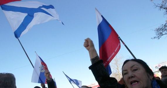 """Parlament Krymu opowiedział się za wejściem Autonomii w skład Federacji Rosyjskiej i za przyspieszeniem referendum, w którym jedno z dwóch pytań będzie brzmiało: """"Czy jesteś za ponownym zjednoczeniem Krymu z Rosją na prawach podmiotu FR?"""". Głosowanie odbędzie się już 16 marca. Tymczasem wicepremier Autonomicznej Republiki Krymu zapowiada przyjęcie rubla i nacjonalizację własności Ukrainy."""