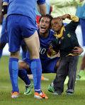 Mały chłopiec wbiegł na boisko i trafił w objęcia brazylijskich gwiazd