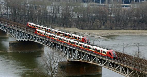 Od niedzieli pasażerów jeżdżących przez Warszawę pociągami dalekobieżnymi czekają zmiany w organizacji ruchu. Część pociągów - zamiast przez Dworzec Centralny - pojedzie przez Gdański. Będzie tak do 15 czerwca. Powodem zmian jest remont mostu średnicowego.