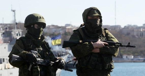 Członkowie rosyjskiej samoobrony zablokowali w Sewastopolu helikopter służby ds. sytuacji nadzwyczajnych Ukrainy. Maszyną na zajęty przez Rosjan teren przylecieli dziennikarze kijowskich mediów. Niektórzy z nich zostali pobici przy próbie wejścia do pikietowanej przez samoobronę siedziby dowództwa ukraińskiej marynarki wojennej.