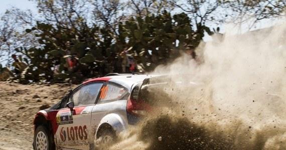 Robert Kubica z pilotem Maciejem Szczepaniakiem (Ford Fiesta WRC) zajmują w Rajdzie Meksyku, trzeciej rundzie mistrzostw świata, szóste miejsce po czterech odcinkach specjalnych. Prowadzi Norweg Mads Oestberg (Citroen DS3 WRC).  Drugi jest broniący tytułu Francuz Sebastien Ogier (VW Polo WRC) ze stratą 6,6 s, a trzeci Fin Mikko Hirvonen (Ford Fiesta WRC) - 12,6 s.